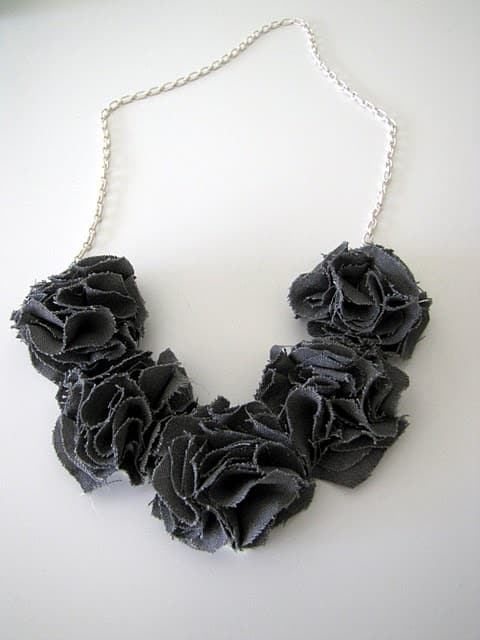 Easy fabric flower necklace - How to Make Fabric Flowers – 7 Easy No Sew Tutorials featured on Living Locurto