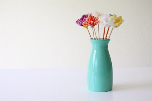 How to Make Fabric Flowers – 7 Easy No Sew Tutorials featured on Living Locurto