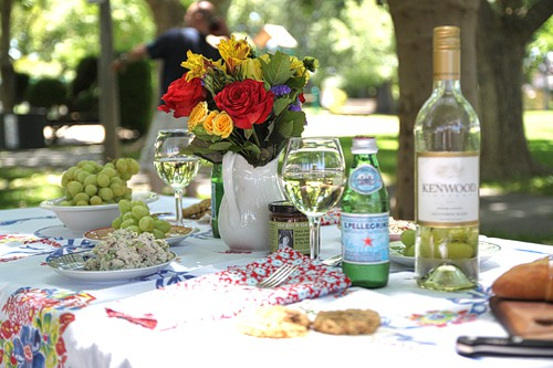 Beautiful Summer Picnic Table Setting. LivingLocurto.com