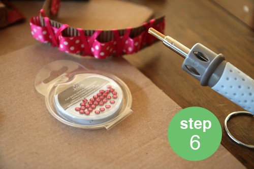 Fun ideas on how to repurpose a Starbucks coffee cup sleeve into a bracelet. Easy kid craft activity!! livinglocurto.com