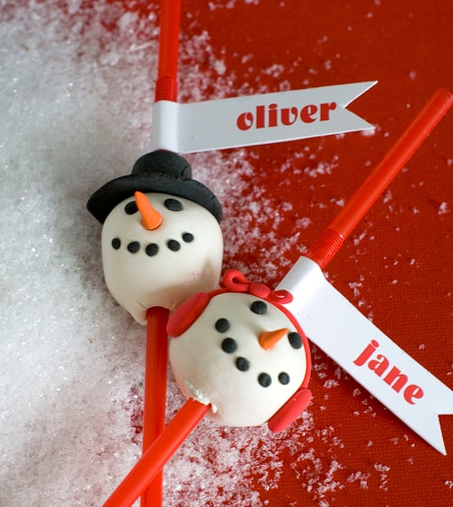Plan a Holiday party with Free Snowman Party Printables and a cute craft to make your celebration more festive this Christmas season! by @livinglocurto