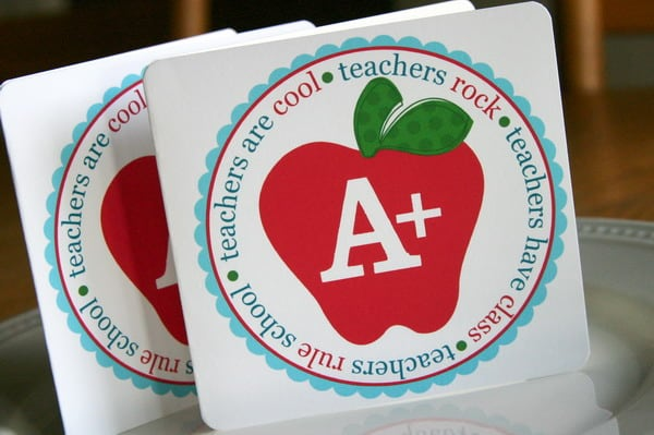 Easy Teacher Appreciation Gifts! Free Printables. Cute apple card for a teacher. Free PDF file