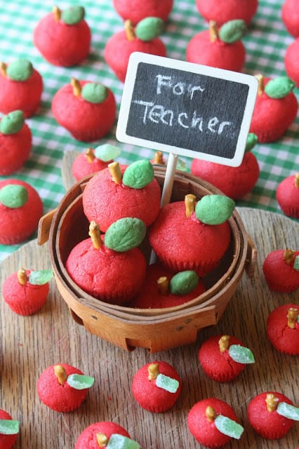 Cute Back to School Idea! 3D Apple Sugar Cookies for the Teacher by Munchkin Munchies via LivingLocurto.com
