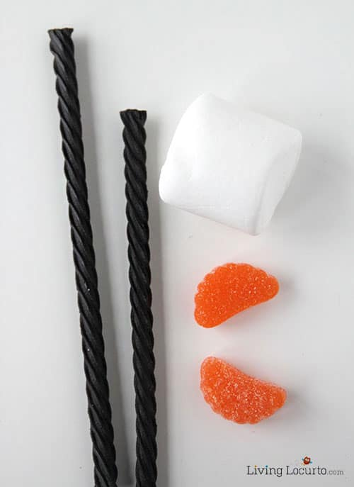 Olaf Disney Frozen Marshmallow Pops! Cute and easy candy treat for a party. Fun food idea by LivingLocurto.com