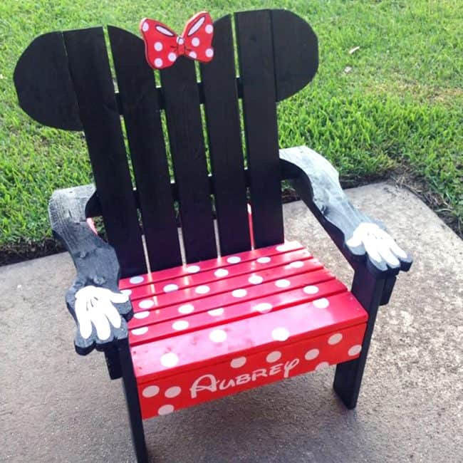 Minnie Mouse DIY Pallet Chair -- The Ultimate List of Minnie Mouse Craft Ideas! Party Ideas, DIY Crafts and Disney themed fun food recipes.