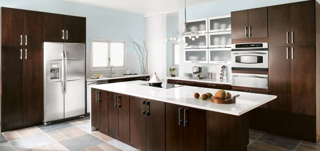 Modern kitchen Thomasville Cabinetry - How to choose the perfect kitchen cabinets! Whether you are choosing to upgrade a few things or remodeling your kitchen, these handy tips and kitchen cabinet ideas will help to get you started! LivingLocurto.com
